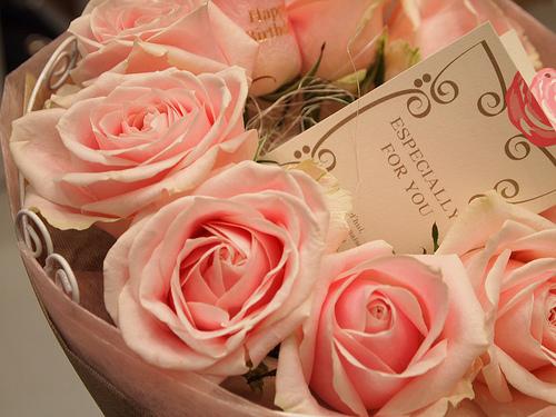 バラの花びらに金色の文字入れができるフラワーギフト
