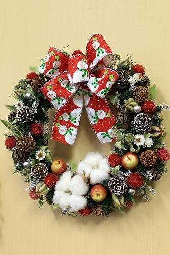 玄関やドアを可愛く飾る!クリスマスドライリース