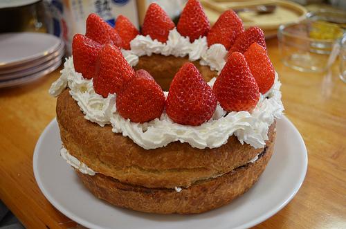 苺とチョコリング。8さいのバースデーケーキは娘が作りました♪